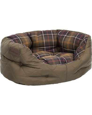 Barbour Heritage Quilted Dog Bed 18' Olive ryhmässä Asusteet / Lifestyle @ Care of Carl (12020510)
