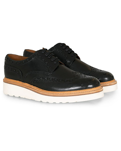 Grenson Archie Brogue Derby Wedge Sole Black Calf ryhmässä Kengät / Brogue-kengät @ Care of Carl (14257911r)