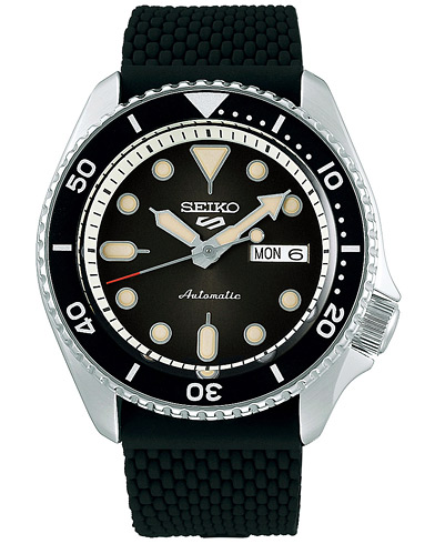 Seiko 5 Sports Mens 43mm 100m Automatic Rubber/Black Dial  ryhmässä Asusteet / Kellot @ Care of Carl (16586910)