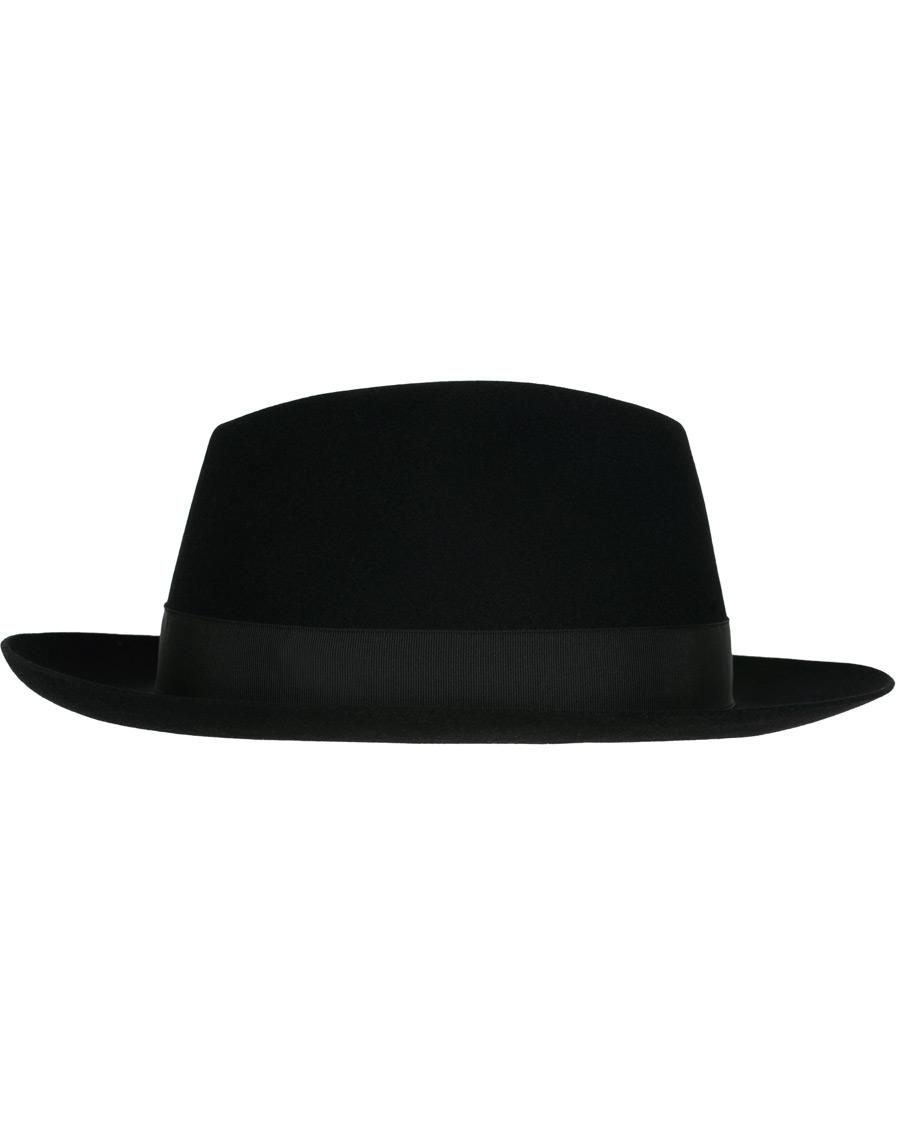 Opettakaa poikianne ottamaan hattu pois päästä sisällä ja ainakin ruokapöydässä.