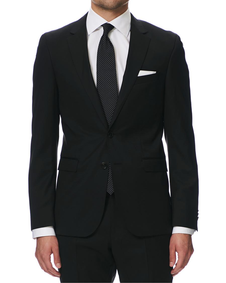 Mies selviää tarvittaessa yhdellä puvulla, kahdella paidalla ja kolmella kravatilla – Klassinen puku taipuu moneen